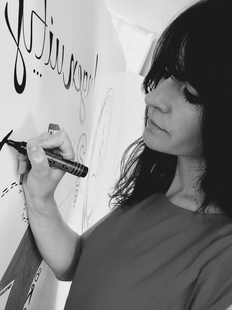 Portrait de Cindy Daupras - interculturel - formatrice - facilitatrice graphique - formatrice - ingénieries pédagogique et de formation - communication visuelle - francais langue etrangere - Angers - Nantes - Paris - Monde